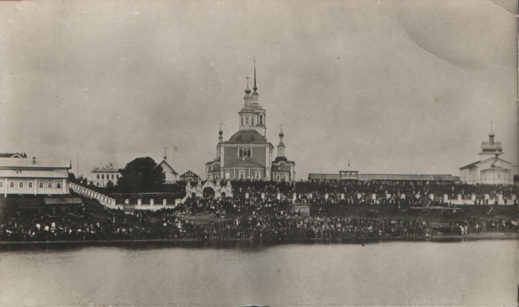 Вид на храмы с озера Катище